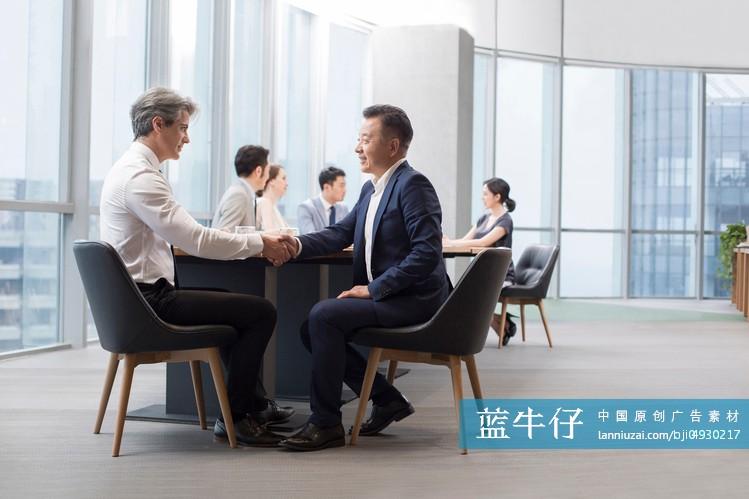 商务人士在会议室开会-原创广告素材图片-蓝牛仔