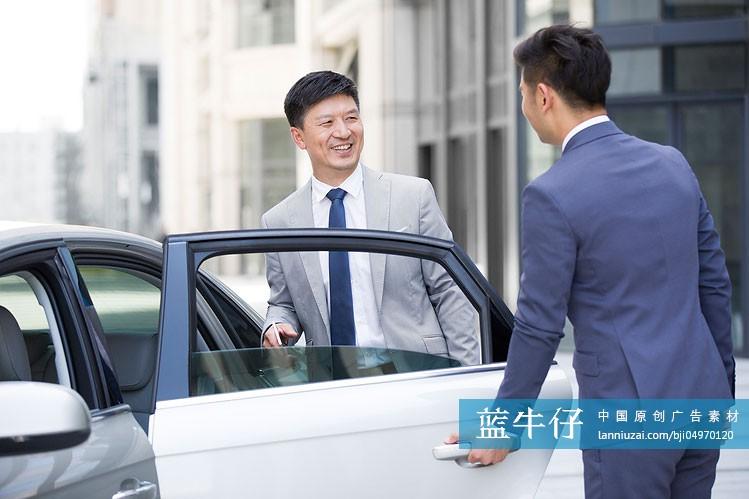汽车司机为商务男士打开车门-原创广告素材图片-蓝牛仔