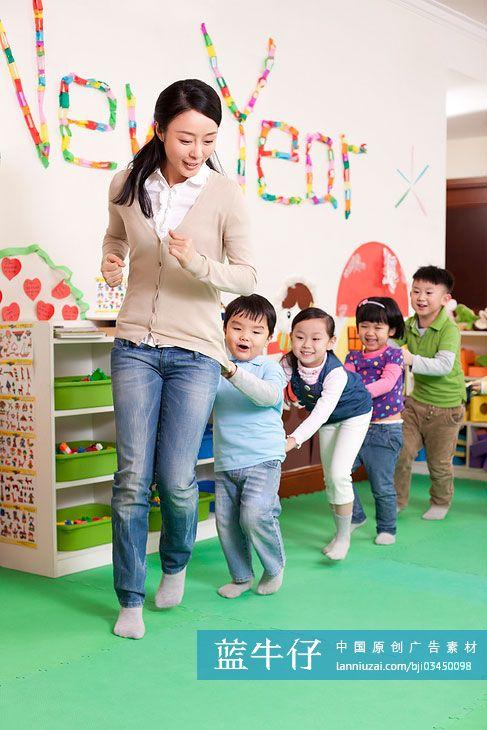 幼儿园小朋友和老师玩开火车游戏-原创广告素材图片
