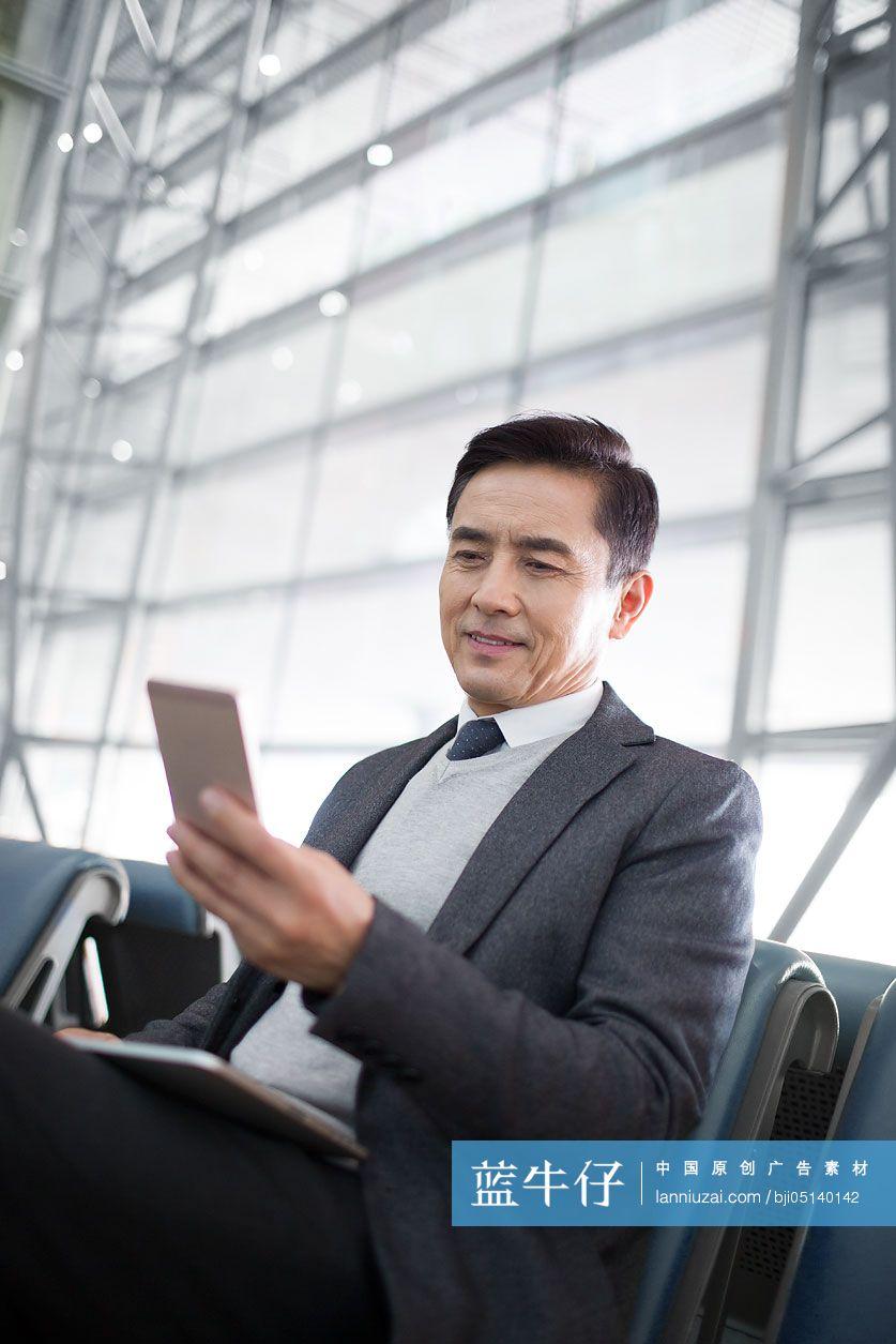 商务男士在机场候机-原创广告素材图片-蓝牛仔