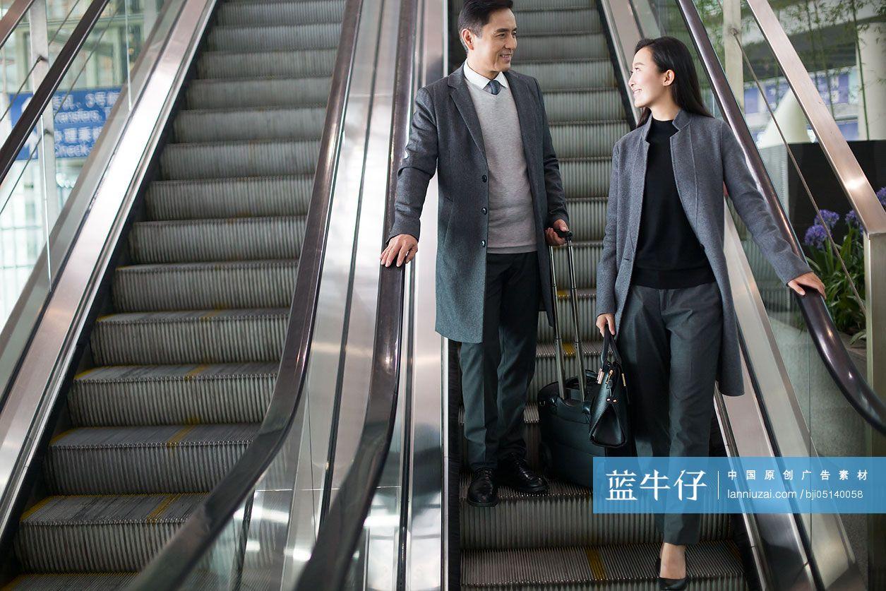 商务人士乘机场的扶梯-原创广告素材图片-蓝牛仔